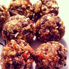 www.dfine.ca Boules d'énergie! #recette #santé #délicieux #facile #simple #vegan #raw Desserts Crus, Brunch, Muffin, Yummy Food, Favorite Recipes, Snacks, Chicken, Meat, Breakfast
