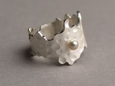 'Sea ring' by Margo Nelissen. Silver, akoya pearl.