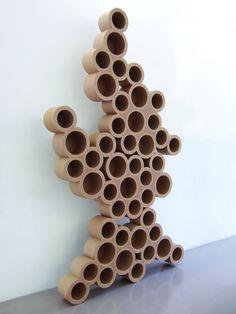 Du carton, elle a fait sa boîte. Dans son atelier de Marseille, la créatrice Miss Julia conçoit des meubles à partir de matériaux de récupération depuis 15 ans.