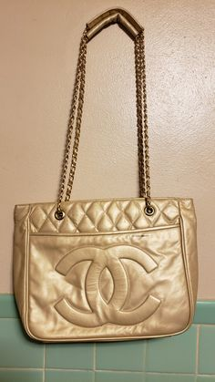 Channel Purse, Louis Vuitton Crossbody, Chanel Shoulder Bag, Best Purses, Chanel Caviar, Badass Style, Vintage Louis Vuitton, Casual Bags, Timeless Classic