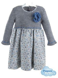 Vestido de niña de invierno con el cuerpo de lana gris de manga larga terminada en volante combinado con falda de viyela estampada en tonos azules y grises.Ajusta la cintura con un lazo de lana azul oscuro. http://www.pequesybebes.es/vestidos-bebe-nina-invierno/14-vestido-nina-invierno.html