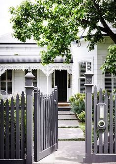 Home Renovation Design Picket fences are perfect for heritage homes, and can be modernised with a coat of grey paint. Photography: Derek Swalwell - A gorgeous front garden that extends beyond your front fence can add value and sociability to your home. House Exterior, Weatherboard House, Front Yard, Front Yard Landscaping, Garden Design, Exterior House Colors, Picket Fence, Fence Design, Front Garden Design