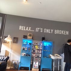 """Ver 4 fotos y 7 tips de 57 visitantes de Fixables. """"Fantastic service quick repairs while you wait in a nice lounge with open wifi and coffee. Office Wall Colors, Office Walls, Mobile Phone Shops, Car Shop, Retail Shop, Store Fronts, Store Design, Decoration, Relax"""