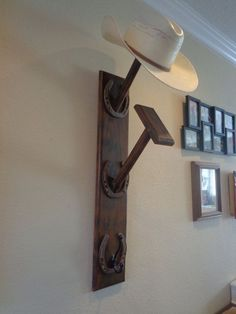 Want your hat look neater? You can create your own hat rack. So you can spend less and you can save more. There is a lot of inspiration that you can get here. Check here Tags: DIY hat rack ideas, for Horseshoe Projects, Horseshoe Crafts, Horseshoe Art, Horseshoe Ideas, Cowboy Hat Rack, Cowboy Hats, Western Style, Cowboy Western, Western Bar