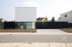 Construido en 2014 en Oudenaarde, Bélgica. Imagenes por Yannick Milpas, Kris Snoeck. El edificio está situado en una parcela típica belga con pequeñas parcelas de + - 500m2. La zona de construcción tiene 15m de profundidad y 11,5m de...