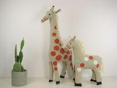 Jedyna w swoim rodzaju żyrafa z naturalnego lnu z ręcznym nadrukiem w kolorze rudym, ręcznie wyszywanymi oczami i białymi włosami. Oryginalny projekt i wykonanie NANIBY.  Wymiary: ok. 71 cm...