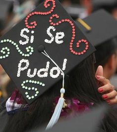 A woman wearing mortarboard that is decorated with Si Se Pudo! Graduation Party Planning, College Graduation Parties, Graduation Diy, Grad Parties, Graduation Cap Toppers, Graduation Cap Decoration, Grad Cap, Nursing Graduation Pictures, Pinning Ceremony