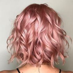 rose gold hair 37 Lovely Balayage Hair Inspiration and Guide - Beautified Designs Cabelo Rose Gold, Pink Ombre Hair, Curly Pink Hair, Rose Pink Hair, Curly Hair Colours, Dyed Hair Pink, Rose Hair Color, Light Pink Hair, Rose Gold Ombre