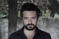 Ο ηθοποιός Giorgis Tsampourakis δεν παίζει με την αλήθεια. Μοιάζει έτοιμος να την πει ελεύθερα χωρίς δεύτερες σκέψεις και αυτό θα το ανακαλύψεις ξεκάθαρα παρακάτω. Ο ρόλος που βαστά στο κλασικό έργο του Σαμ Σέπαρντ Fool for Love από τη Παρασκευή 17 Νοεμβρίου στη Β' Σκηνή του Θέατρο Άλμα, είναι ένας καλός λόγος για #συνέντευξη μαζί του. #actor #acting #theater #theatro #eventt #nightout #fragilemagGR http://fragilemag.gr/giorhis-tsampourakis-fool-for-love/