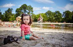 Lekker kliederen met het zand op het strand bij de speelvijver!