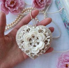 54 Ideas Crochet Heart Necklace Etsy For 2019 Bouquet Crochet, Crochet Brooch, Crochet Earrings, Appliques Au Crochet, Crochet Doilies, Crochet Lace, Embroidery Flowers Pattern, Crochet Flower Patterns, Crochet Flowers