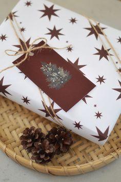 KUUSI - pakettikortit toimitetaan 5 kpl setissä ja valittavanasi on kaksi eri värivaihtoehtoa.  Yksipuoleisen kortin kääntöpuolelle voit kirjoittaa omat toivotuksesi.  Matta-pintaiset pakettikortit ovat painettu 100% kierrätyskartongille.  Suunniteltu ja valmistettu Savonlinnassa! #wrappingpaper #wparringinspiration #christmaspaper Wrapping Papers, Gift Wrapping, Wraps, Gifts, Gift Wrapping Paper, Presents, Present Wrapping, Wrapping Gifts, Favors