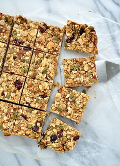 Packed with sweet, salty, chewy, and crunchy ingredients, these clean-eating Homemade Fall Harvest Granola Bars are an ideal make-ahead snack to keep on hand for your busiest days. Granola Sin Gluten, Cereal Sin Gluten, Healthy Granola Bars, Homemade Granola Bars, Healthy Bars, Clean Granola Bars, Healthy Shakes, Apple Recipes, Snack Recipes
