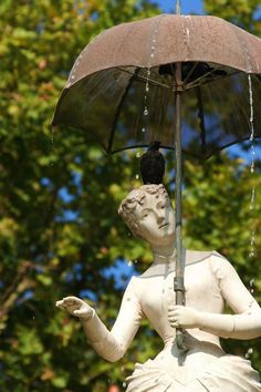 La Dama del paraguas y su mini revolución | Galería de fotos 91 de 101 | Traveler Barcelona Guide, Barcelona Catalonia, Places In Spain, Parasol, Gaudi, Best Cities, Public Art, Garden Sculpture, Street Art