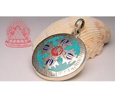 Tetszenek a tibeti szimbólumok, de a jelentésük is érdekelne? ˇ Leírtuk Neked, mit jelent a dordzse a védikus, és mit a tibeti tradícióban: http://www.tibetan-shop-tharjay-norbu-zangpo.hu/tibetan-shop-tharjay-norbu-zangpo-blog/dordzse =============================================== A fotón egy dupla dordzsével díszített medált látsz, ezt és a többi medált webáruházunkban pont itt találod: http://www.tibetan-shop-tharjay-norbu-zangpo.hu/ekszer_60/medal_105