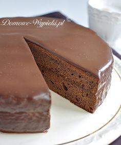 Przepis na klasyczny Sachertorte (tort Sachera), czyli tort czekoladowy przełożony konfiturą morelową i oblany polewą czekoladową. Sachertorte uchodzi za specjalność...