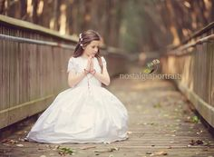 Beautiful lines in the Bridge. First Communion Dresses, First Holy Communion, Love Photography, Children Photography, Poses, Baptism Party, Beautiful Lines, Special Occasion, Flower Girl Dresses