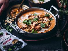 Mausteinen ja lämmittävä intialainen kasviskorma on nopea ja helppo arkiruoka. Kookoskerma, tomaatti, perusmausteet ja paistettu tofu, check! Tofu, Thai Red Curry, Ramen, Ethnic Recipes