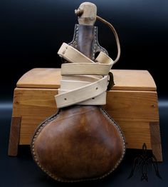 Leather flask l Leather Craft, Saddle Bags, Flask, Medieval, Handmade, Crafts, Leather Crafts, Hand Made, Manualidades