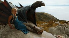 Game Of Thrones - TV Série - books (livros) - A Song of Ice and Fire (As Crônicas de Gelo e Fogo) - blond hair (cabelo loiro) - House Targaryen - family (família) - Daenerys Targaryen (Emilia Clarke) - Mother of Dragons (Mãe dos Dragões) - Mhysa - Queen (rainha) - Khaleesi - braid (trança) - dress - vestido - blue - azul - dragon (dragãos) - Drogon -  fly - voar