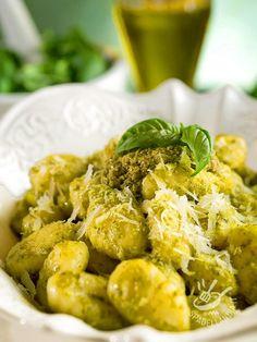 Se avete del tempo in più, preparate il pesto al basilico per gli Gnocchi al pesto in casa, in modo tradizionale, seguendo i consigli della nostra ricetta.