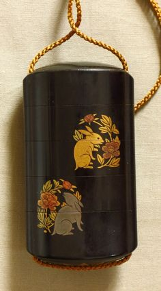 Inro en laque, lapins et chrysanthèmes - Japon, XIXe siècle Japanese lacquer inro - ( urushi ) Front and back with medallions of gold rabbits and chrysanthemums on black background. Very good condition. Height: 2,7 inches Japan - Meiji Era (1868-1912) XIXth century