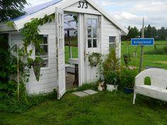 kasvihuone,huvimaja,pihamökki,puutarha,maalaisromanttinen,piharakennus,piha,istutukset,kasvit,puutarhakalusteet