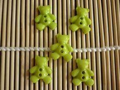 Boutons nounours plastique vert anis, vendus par 5. : Boutons par laboiteabijouxnanny