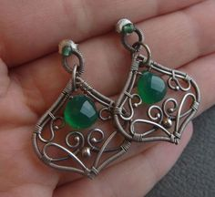 These green briolette (onyx) are so beautiful! Wire Jewelry Earrings, Wire Wrapped Earrings, Metal Jewelry, Earrings Handmade, Beaded Jewelry, Handmade Jewelry, Silver Earrings, Jewellery, Wire Jewelry Patterns