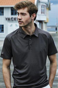 Tricou polo sport de bărbați, calitate Interlock: moale, confortabil și rezistent. Opțional: personalizare prin print sau broderie. Polo Tees, Jay, Luxury, Sports, Mens Tops, Fashion, Embroidery, Hs Sports, Moda