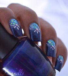 Salut à tous, Dans mon billet du jour voici mon nail art pour la réalisé j'ai posé ma base bleue foncée puis j'ai fait un dégradé à la base de l'ongle et j'ai rajouté des paillettes, pour finir j'ai orner l'ensemble avec la peinture acrylique blanche....