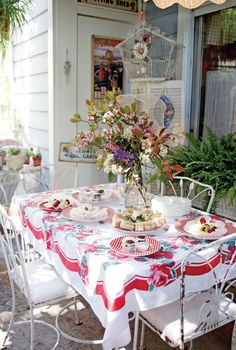 Antique Vintage Decor This is the perfect picnic table for a romantic garden. Shabby Cottage, Cottage Style, Shabby Chic, Cottage Porch, Outdoor Rooms, Outdoor Dining, Outdoor Furniture, Vintage Tablecloths, Stylish Home Decor