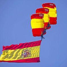 La PAPEA saltará mañana en la Puerta del Sol de Madrid.  El día 2 de Mayo a las 12:30 la Patrulla Acrobática de Paracaidismo del Ejército del Aire realizará un salto sobre la madrileña Puerta del Sol con motivo del día de la Comunidad de Madrid.  #PAPEA #Paracaidismo #ejercitodelaire #spanishairforce #ejercitoespañol #spanisharmy #airforce #militar #FFAA #Bandera #España #Spain