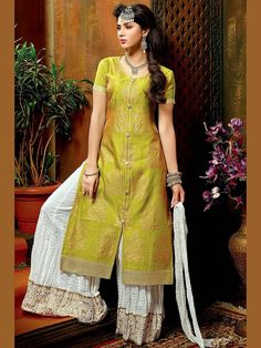 Beauteous chanderi kurta in green color is having block, foil print and fancy patch. Item Code : SLEB30010 http://www.bharatplaza.com/new-arrivals/palazzo-suits.html