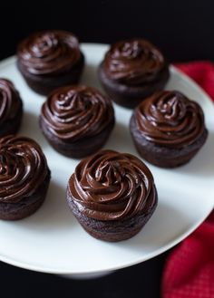 Chocolate Beet Cupcakes with Avocado Frosting- so fudgy and decadent, you would never guess they're made with healthy ingredients! (vegan, gluten-free and refined sugar-free)(Vegan Chocolate Avocado) Avocado Dessert, Gluten Free Desserts, Dessert Recipes, Avocado Toast, Avocado Recipes, Vegan Chocolate, Chocolate Beet Cake, Vegan Sweets, Healthy Treats