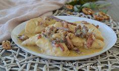 PETTI DI POLLO CREMOSI CON SPECK E NOCI, ricetta secondo piatto di carne veloce e saporita, si preparano in poco tempo e sono teneri e gustosi