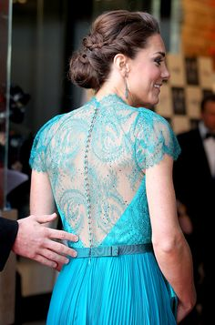 Stepping out with Will for the Olympics concert, Kate Middleton wore this gorgeous teal Jenny Packham dress with an intricate lace back. Cabelo Kate Middleton, Vestidos Kate Middleton, Jenny Packham, Robes Glamour, Gown Pictures, Estilo Real, See Through Dress, Prince William And Kate, William Kate
