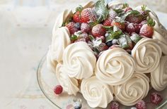 Mixed Berries Pavlova ~ layers of crisp, sweet meringue are sandwiched together with cream and topped with fresh seasonal berries for a wow-factor pud that everyone will love. Lemon Curd Pavlova, Strawberry Pavlova, Meringue Pavlova, Meringue Desserts, Just Desserts, Meringue Food, Trifle Desserts, Pavlova Toppings, Party Desserts