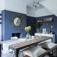 Modern dining room with blue grey walls Cosy Dining Room, Dining Room Paint, Dining Room Blue, Dining Room Colour Schemes, Dining Room Colors, Dining Room Design, Exterior Gris, Dining Room Inspiration, Home Decor Kitchen