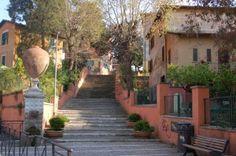 Rome-Garbatella, Innocenzo Sabbatini theater. Oude gedeelte heeft veel sfeer en gekleurde huize en is niet toeristisch.
