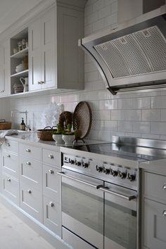 """Vårt nya kök är äntligen klart! Köket kommer från Tibrokök och vi fick hjälp av """"Ett vackert kök"""" att rita upp det. Kaklet k... Shaker Kitchen, Rustic Kitchen, Kitchen Dining, Kitchen Decor, Kitchen Cabinets, Kitchen Ideas, Kitchen On A Budget, Beautiful Kitchens, Living Room Interior"""
