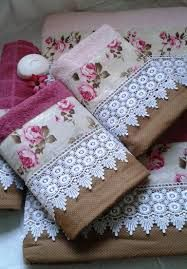 Imagem relacionada Floral Tie, Gift Wrapping, Sewing, Rose, Embroidery Hoop Crafts, Crate, Fabric Decor, Scrappy Quilts, Face Towel