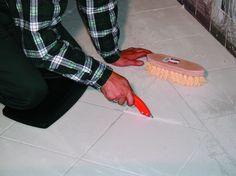Con este rascado de juntas con filo de diamante, usted podrá limpiar y renovar las juntas de suelos y azulejos con el mínimo esfuerzo. Especialmente diseñado para esta tarea. Encontrará toda la información en http://www.materialespujante.com/pt/rascadores/4425-rascador-para-juntas-8413797659078.html