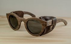 Artículos similares a Gafas de sol de madera modelo Buenos Aires cuero ace579ddacb9