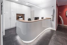 geschwungener weißer Tresen, Unterleuchtet, Curved Reception Desk, Reception Desk Design, Dental Office Decor, Dental Office Design, Office Counter Design, Restaurant Hotel, Spa Treatment Room, Cabinet Medical, Clinic Interior Design