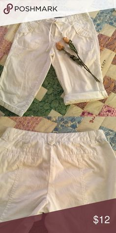 Capri White Docker Capri's size 6P. Front pockets have button flap. Shorter Capri more like just below knee. You can roll up a bit for a more nautical look. Back pockets are the slit kind with no flap. Dockers Pants Capris