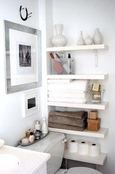 こちらは横の壁に壁紙と同じホワイトカラーの飾棚を取り付けたアイディア。  狭い空間でもいくつもの飾棚を取り付けることで沢山の収納スペースが生まれます。  ホワイトを中心にブラウンやブラックなど落ち着いた色味でそろえることで洗練された空間に仕上がっています。