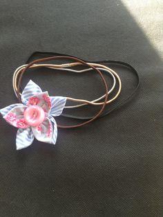 Una mano hace la tela de capas doble plantilla de flor kanzashi. Esta flor ha sido realizada con telas contrastantes y acabado con un color de coordinación de botón. La flor mide aproximadamente 10cm de ancho y 9cm de largo. Esto se vería bonito como un broche, ramillete de botón del agujero, un clip de pelo o en una cinta elástica. Por favor puede indicar qué sujetador lo haría como adjunto en el menú desplegable, también por favor comentar en qué vincha elástica de color le gustaría que en…