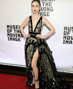 Uma mulher lindíssima em um belíssimo vestido #eliesaab #hautecouture.♥️🌷✨ #glamourous #lilycollins #fashionstyle #museumofthemovingimage #newyork