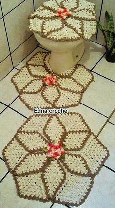 Crochet bathroom rug and toilet seat cover set that appears to be a pineapple pattern. It very much reminds me of a Christmas poinsettia looking pattern I pinn Crochet Mat, Filet Crochet, Crochet Home, Love Crochet, Crochet Doilies, Knitting Projects, Crochet Projects, Bathroom Rug Sets, Bathroom Green